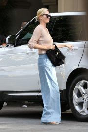 Charlize Theron Out for Lunch in Beverly Hills 2018/11/04 5