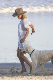 Elsa Pataky on the Beach in Byron Bay 2018/11/26 5
