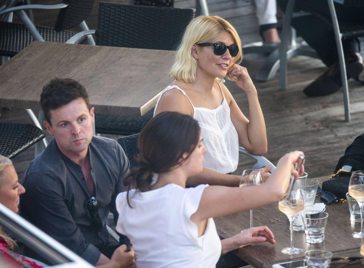 Holly Willoughby at a Waterfront Restaurant on Gold Coast 2018/11/15 1