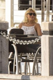 Holly Willoughby at a Waterfront Restaurant on Gold Coast 2018/11/15 3