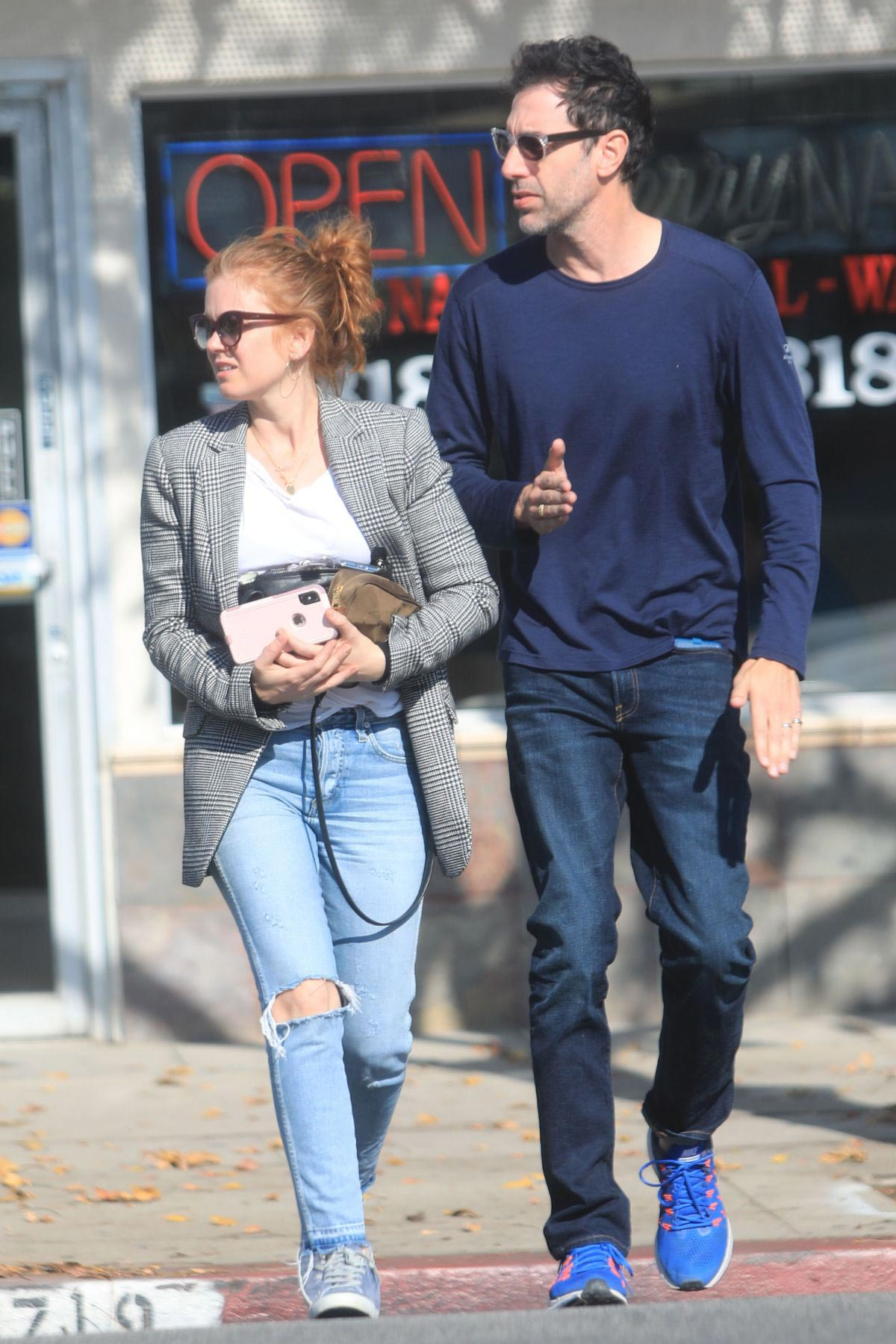 Isla Fisher and Sacha Cohen Out for Lunch in Los Angeles 2018/11/28 1