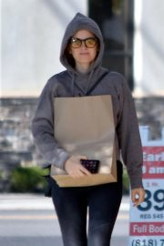 Isla Fisher Out Shopping in Studio City 2018/10/30 1