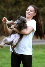 Katie Price Trains Her Dog at a Park in Brighton 2018/11/25 4