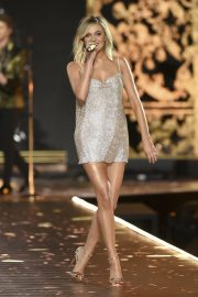 Kelsea Ballerini Performs at 2018 VS Fashion Show in New York 2018/11/08 2