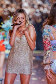 Kelsea Ballerini Performs at 2018 VS Fashion Show in New York 2018/11/08 5