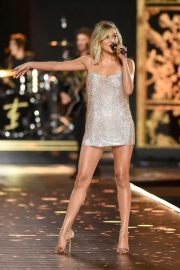 Kelsea Ballerini Performs at 2018 VS Fashion Show in New York 2018/11/08 8