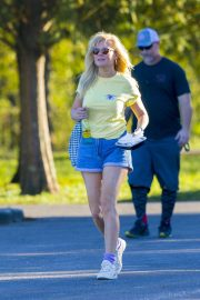 Kirsten Dunst on the Set of On Becoming a God in Central Florida in Louisiana 2018/11/27 7