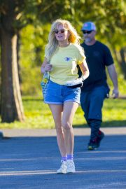 Kirsten Dunst on the Set of On Becoming a God in Central Florida in Louisiana 2018/11/27 8
