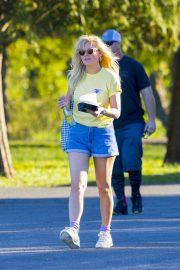 Kirsten Dunst on the Set of On Becoming a God in Central Florida in Louisiana 2018/11/27 9