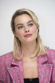 Margot Robbie at Mary Queen of Scots Press Conference in Los Angeles 2018/11/17 5