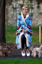 Michelle Hunziker Out with Her Dogs in Milan 2018/11/21 3