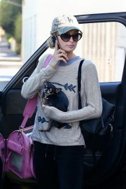 Paris Hilton Out with Her Dog in Beverly Hills 2018/11/02 6
