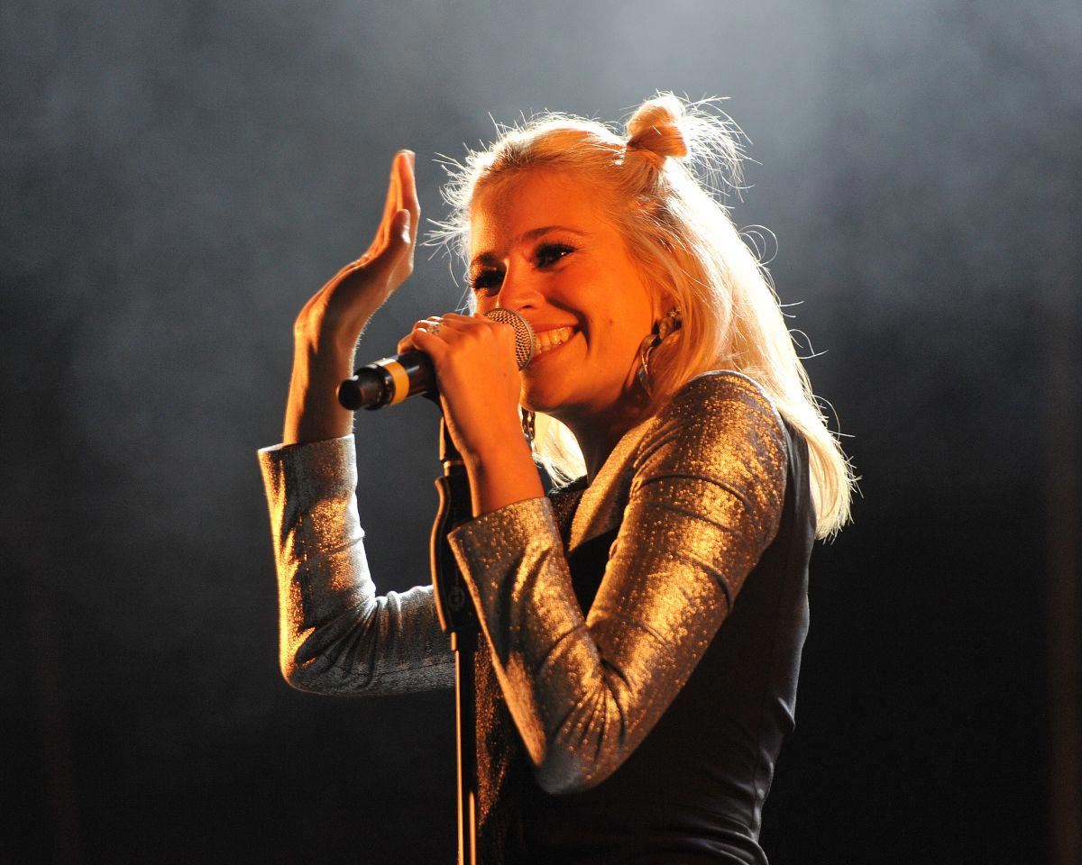Pixie Lott Performs at City of Perth Christmas Lights in Perth 2018/11/17 1