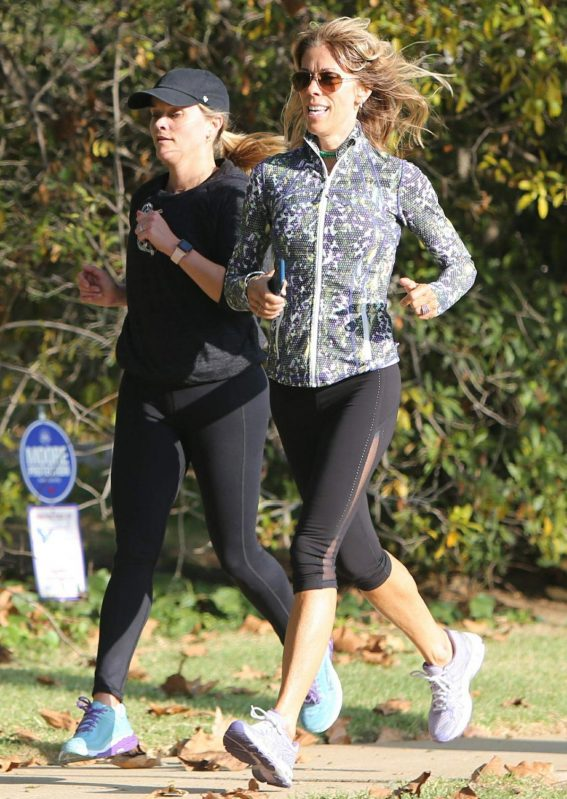 Reese Witherspoon Out Jogging in Brentwood 2018/11/08 1