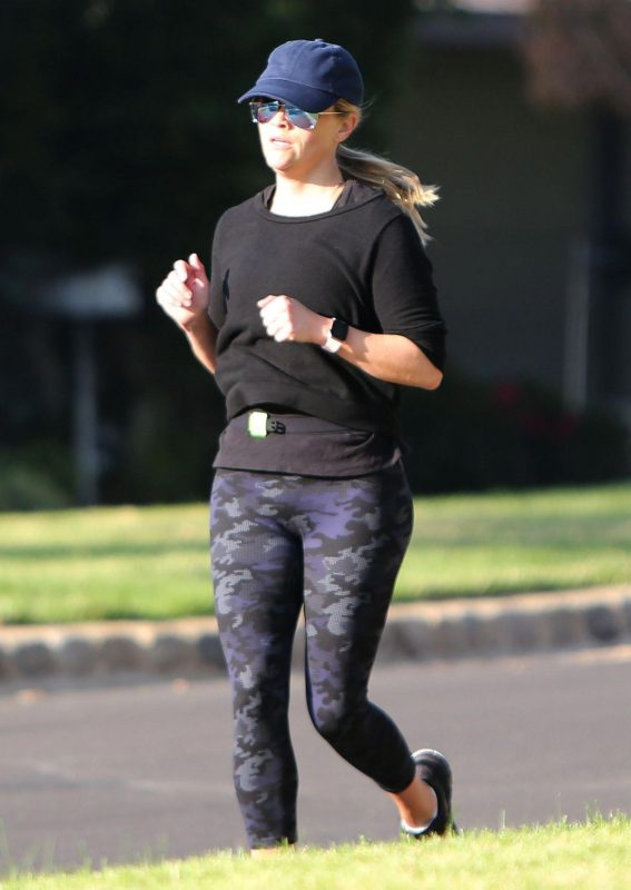 Reese Witherspoon Out Jogging in Los Angeles 2018/11/20 1
