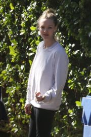 Amanda Seyfried Has Art Frame Delivered to Her Home in Los Angeles 2018/11/30 5