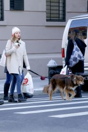 Amanda Seyfried Out with Her Dog in New York 2018/12/07 3