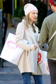 Amanda Seyfried Out with Her Dog in New York 2018/12/07 4