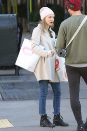 Amanda Seyfried Out with Her Dog in New York 2018/12/07 5