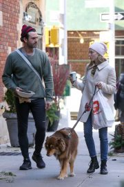 Amanda Seyfried Out with Her Dog in New York 2018/12/07 6