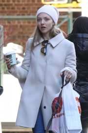 Amanda Seyfried Out with Her Dog in New York 2018/12/07 7