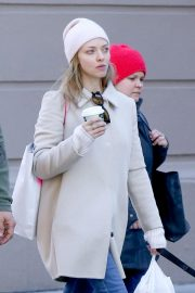 Amanda Seyfried Out with Her Dog in New York 2018/12/07 8