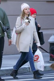 Amanda Seyfried Out with Her Dog in New York 2018/12/07 9