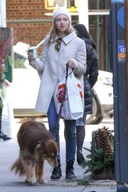 Amanda Seyfried Out with Her Dog in New York 2018/12/07 10