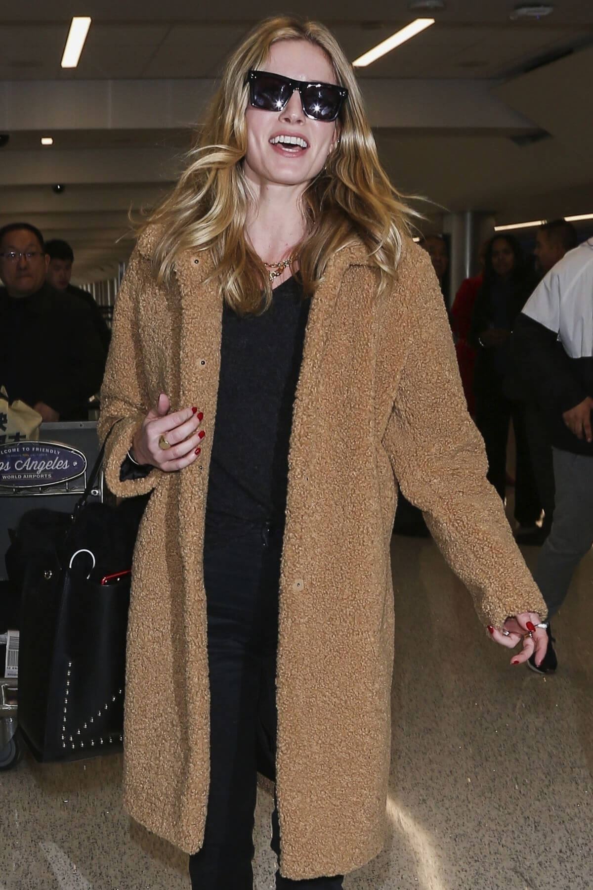Annabelle Wallis at Los Angeles International Airport 2018/12/14 1