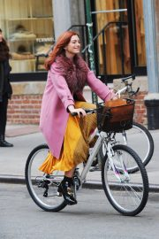Anne Hathaway on a the Set of Modern Love in New York 2018/11/30 1