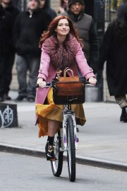 Anne Hathaway on a the Set of Modern Love in New York 2018/11/30 2