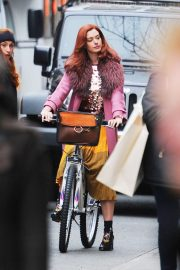 Anne Hathaway on a the Set of Modern Love in New York 2018/11/30 7