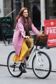 Anne Hathaway on a the Set of Modern Love in New York 2018/11/30 10