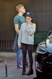Ariel Winter and Levi Meaden Wait for Their Car in Los Angeles 2018/12/11 3