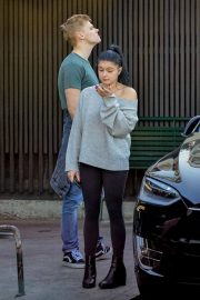 Ariel Winter and Levi Meaden Wait for Their Car in Los Angeles 2018/12/11 6
