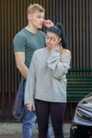 Ariel Winter and Levi Meaden Wait for Their Car in Los Angeles 2018/12/11 9