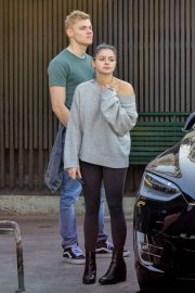 Ariel Winter and Levi Meaden Wait for Their Car in Los Angeles 2018/12/11 10