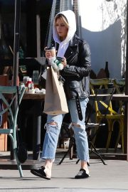 Ashley Tisdale in Ripped Denim Out for Lunch in Los Angeles 2018/11/30 5