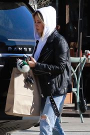 Ashley Tisdale in Ripped Denim Out for Lunch in Los Angeles 2018/11/30 7