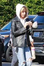 Ashley Tisdale in Ripped Denim Out for Lunch in Los Angeles 2018/11/30 10