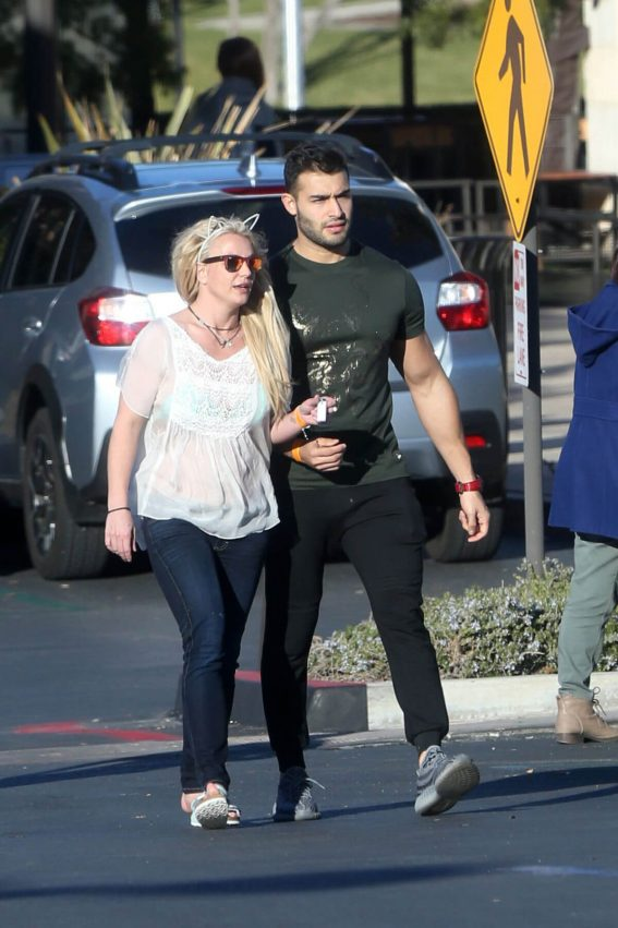 Britney Spears and Sam Asghari Out in Calabasas 2018/12/08 1