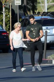 Britney Spears and Sam Asghari Out in Calabasas 2018/12/08 7