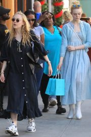 Dakota and Elle Fanning Shopping on Rodeo Drive in Beverly Hills 2018/12/26 2