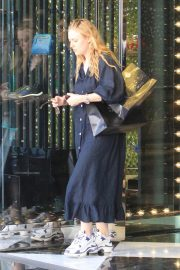 Dakota and Elle Fanning Shopping on Rodeo Drive in Beverly Hills 2018/12/26 7