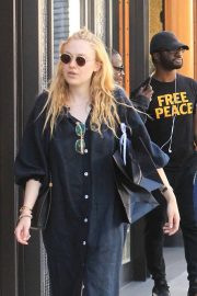 Dakota and Elle Fanning Shopping on Rodeo Drive in Beverly Hills 2018/12/26 8