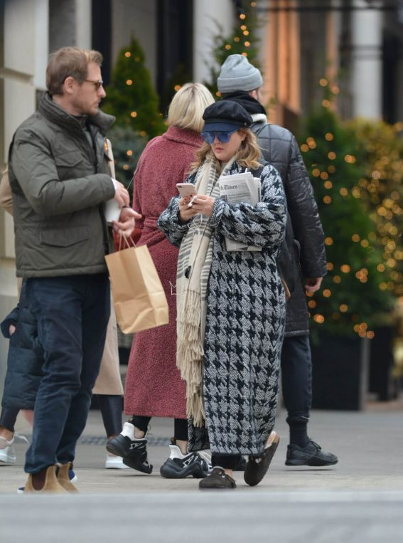 Drew Barrymore Leaves a Restaurant in New York 2018/12/09 1