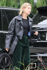 Hailey Baldwin Out and About in Los Angeles 2018/12/14 6