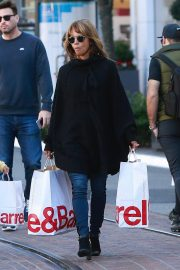Halle Berry Out Shopping at The Grove in Los Angeles 2018/12/01 1