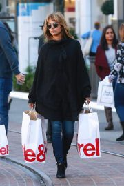 Halle Berry Out Shopping at The Grove in Los Angeles 2018/12/01 2