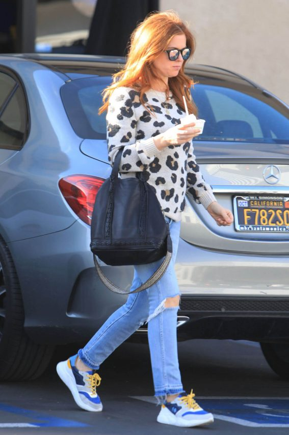 Isla Fisher in Ripped Jeans Out in Los Angeles 2018/12/16 1